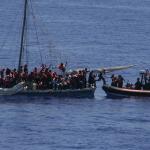 Imigranci: Trzej młodzi migranci oskarżeni o porwanie statku