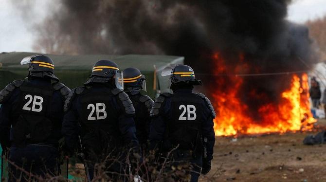 Wezwano dodatkowe służby policyjne do ochrony użytkowników portu w Calais