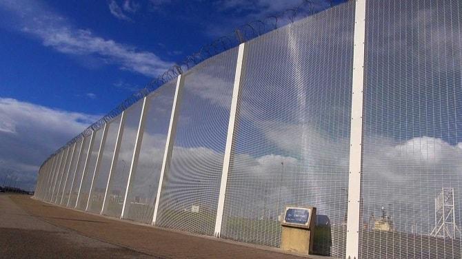 Kontrowersyjna decyzja Francji o pomocy migrantom z okolic Calais