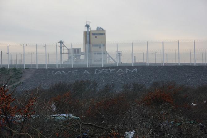 """Kryzys imigracyjny w Europie: trwa likwidacja części """"dżungli"""" w Calais"""