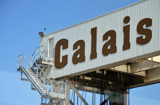 Brytyjscy spedytorzy unikają przepraw przez Calais