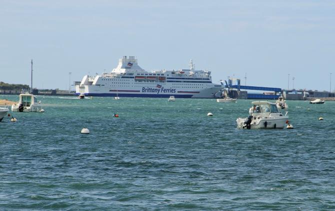 Imigranci przenoszą się z Calais do innych portów